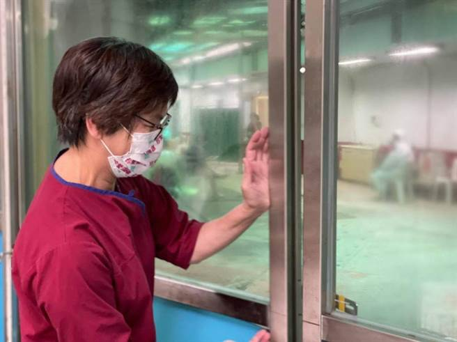 台灣疫情嚴峻,曾任台大醫院護理師的民眾黨立委蔡壁如重回第一線幫忙。(圖/摘自蔡壁如臉書)