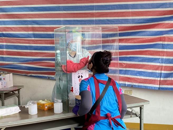 針對安南區家族群聚,於安南果菜市場開設6線對確診者同鄰里居民、安南區市民提供鼻咽PCR篩檢。(曹婷婷攝)