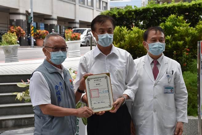徐耀昌感謝蘇嘉全捐贈大型篩檢艙。(謝明俊攝)