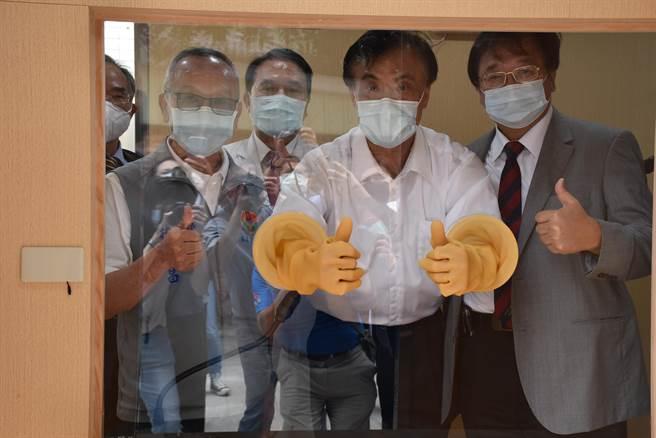徐耀昌、蘇嘉全、邱泰源(右)實際體驗篩檢艙設備。(謝明俊攝)