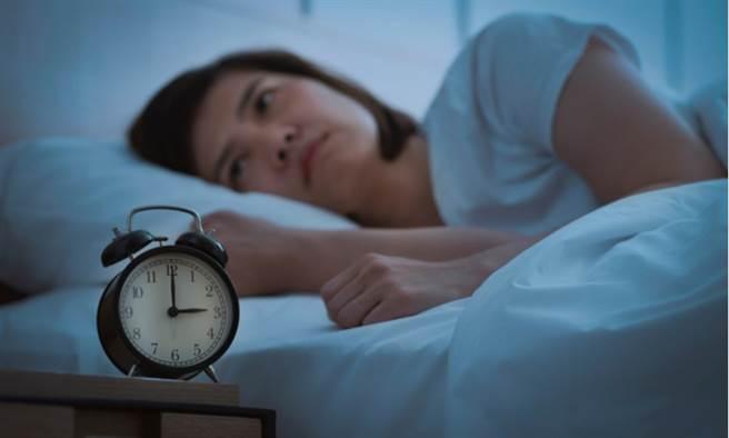 新冠疫情期間老是失眠? 醫揭4可能因素,如何看待安眠藥,也提出建議。(示意圖/Shutterstock)