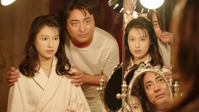 恒松祐里在《AV帝王2》中,與山田孝之有大尺度床戲。(Netflix提供)