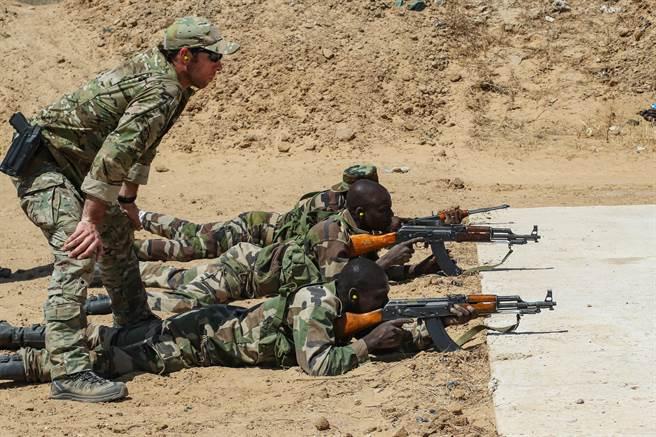 專家指出,在美國轉往對抗中俄、且歐洲國家無意出兵之下,「伊斯蘭國」可能實際佔領中非的部分區域。圖為美特戰官兵協助尼日陸軍進行訓練。(圖/DVIDS)