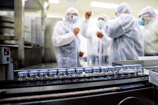 聯亞生技前天公布新冠疫苗二期臨床期中報告,結果符合預期、還稱可抗Delta病毒,但專家提出中和抗體效價數字偏低等疑慮。圖為副總統賴清德年初參訪聯亞生技公司,了解國內疫苗生產狀況。(總統府提供)