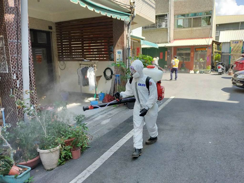 疫情嚴峻,重創全台6月房市,圖為消毒官兵徒步深入巷弄消毒。(吳建輝攝)