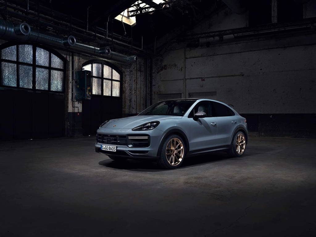 Cayenne Turbo GT擁有四座轎跑專有的運動化線條,碳纖維形塑出的車頂輪廓與專為此車型開發設計的高性能輪胎。