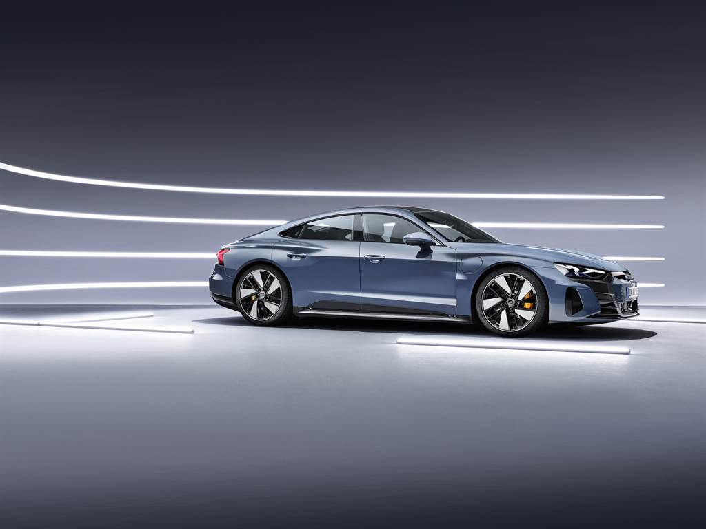 Audi e-tron GT 不僅展現新純電美學巔峰,更創造出0.24Cd風阻係數,進一步增進車輛動能輸出與續航力表現。