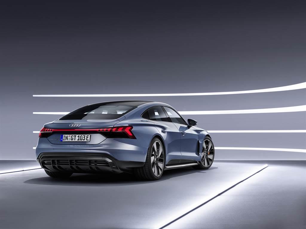 Audi e-tron GT的設計團隊以震撼人心的美型外觀,同時也將四環最新科技注入其中。