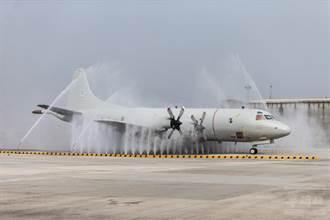 空軍展示航空器沖淋站 6分鐘洗好1架反潛機