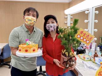 王中平樂收盆栽過54歲生日 王彩樺扮成紅包喊加碼