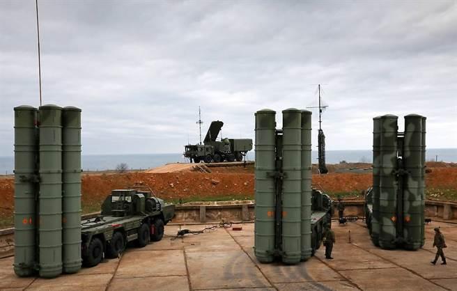 每套S-400系統擁有一個移動指揮中心、不同類型的雷達和8部導彈發射車。其防空導彈有4種,射程分別為40公里、120公里、250公里與400公里。(圖/俄羅斯國防部)