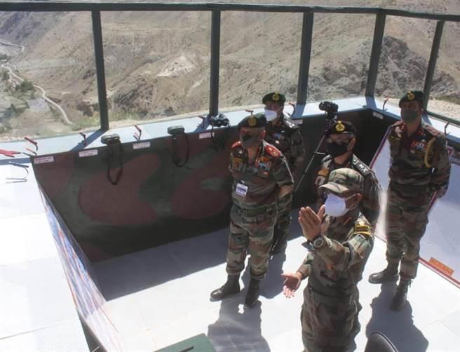 印度國防軍參謀長比平·拉瓦特前往拉達克實控線上視察印軍備戰,中印邊境情勢有逐漸升高趨勢。(圖/推特@Denfence_XP)