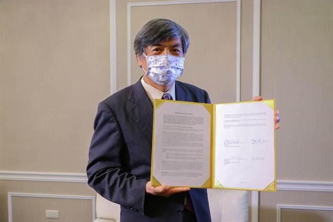 政大校長郭明政簽署協議書,正式加入「全球未來產學人才培育策略聯盟」。(政大提供/李侑珊台北傳真)