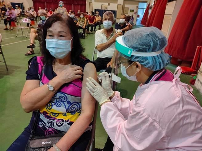 台中市AZ疫苗快打站報到率超乎預期,許多站點出現「搶打潮」。(民眾提供/王文吉台中傳真)