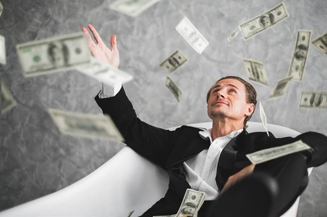 美國一名房仲戶頭突多出1.4兆鉅款,讓他意外又驚喜,沒想到最後卻是白高興一場。(示意圖/達志影像)