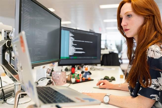 疫情期間,除硬體研發工程師須在公司上班,伺服器網路工程師的工作量也有些微變化。(圖/取自Pexels)