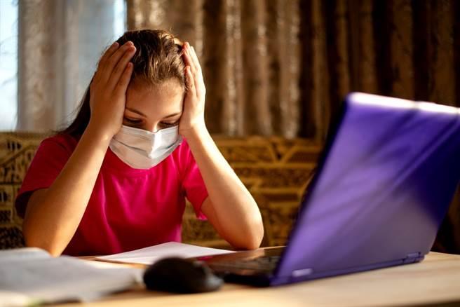 美國研究顯示,無症狀新冠患者就算痊癒也會留下後遺症,常見症狀前5名依序為疼痛、呼吸困難、高脂血症、疲勞、高血壓。(示意圖/shutterstock)