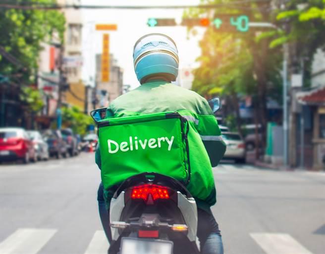 一名外送員分享,他遵守防疫規定請客人下樓取餐,卻反被對方辱罵,甚至收到負評。(示意圖/Shutterstock)