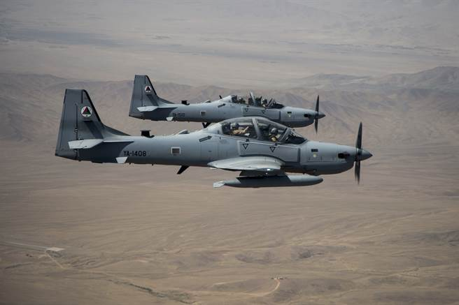 阿富汗空軍官兵正學習如何依靠視訊軟體,自美國承包商獲得與飛機維護相關的技術支援。圖為阿富汗空軍A-29攻擊機。(圖/DVIDS)
