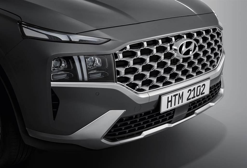 車頭碩大的Cascading Gril立體網柵水箱護罩為改款車型的最大特徵。