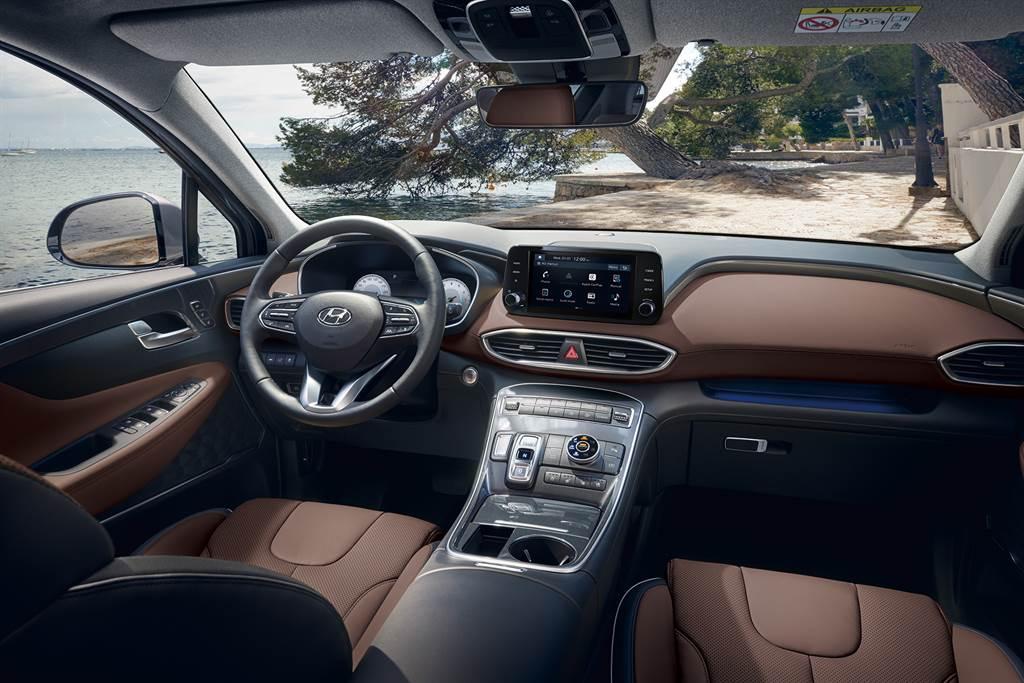 T-shaped控台設計搭配深棕雙色內裝,提升內在質感。