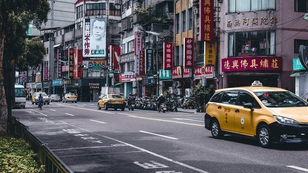 在市中心, 想要路邊停車隨時有車位不是容易的事,更何況長期租用 (圖片來源:pixabay)