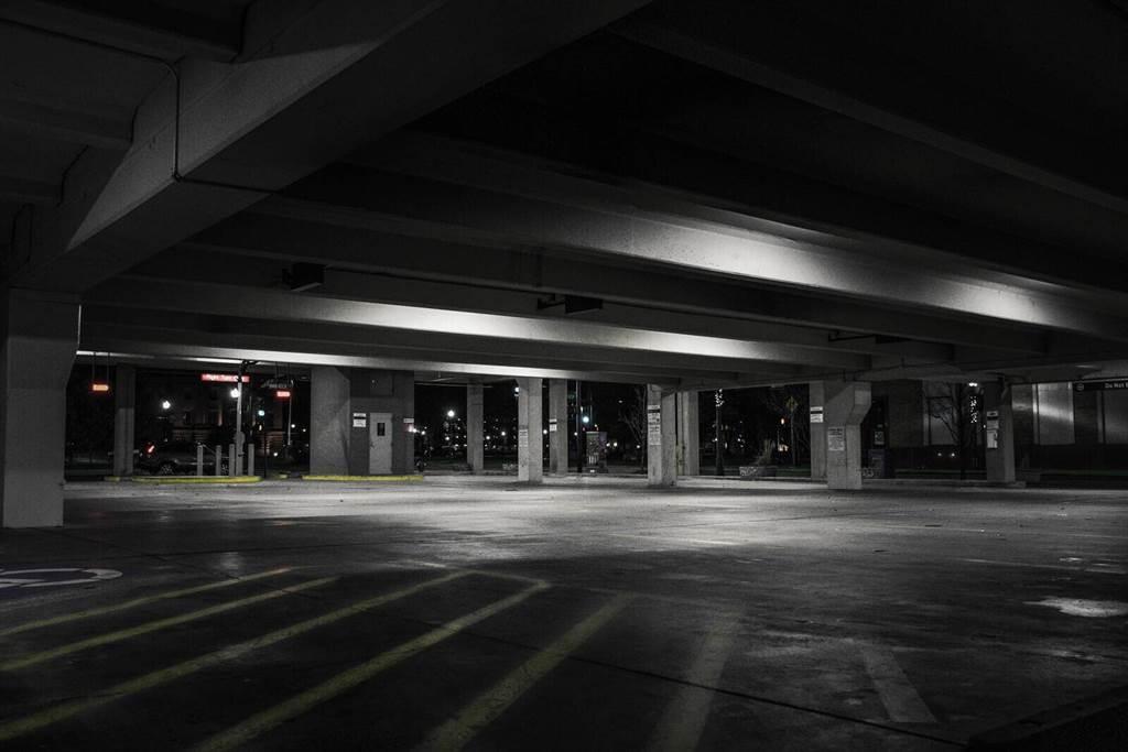 常見的路邊停車或是大樓地下室車位,都算平面車位的一種 (圖片來源:pexels)