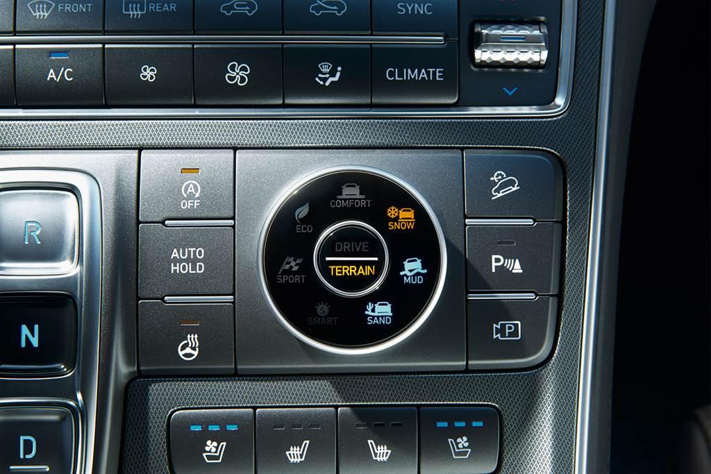標配四模式駕駛系統以及越野模式輔助。