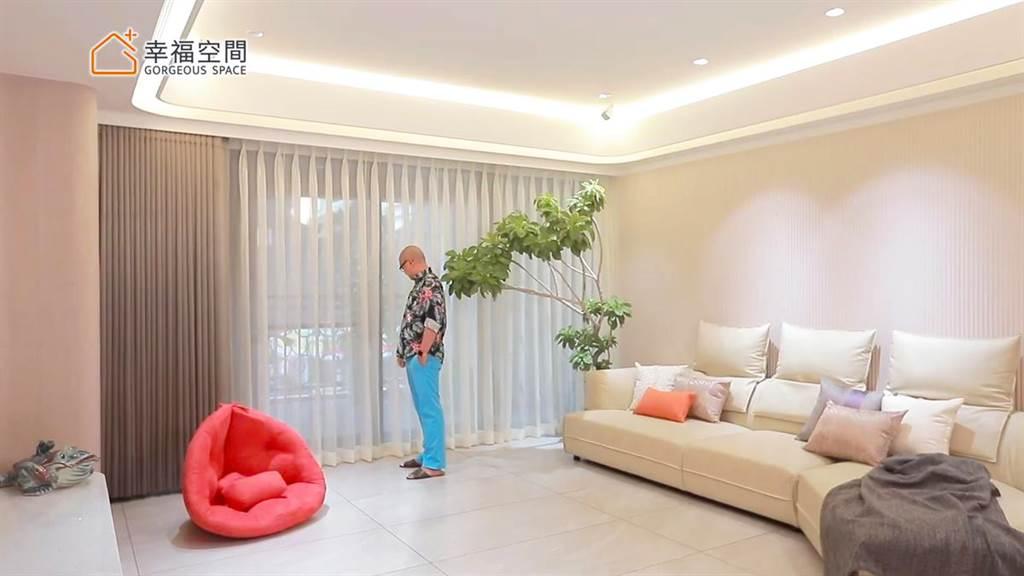 素色雙層遮光窗簾能在需要光源時以薄透窗紗遮擋赤裸視線;夏天過熱時,阻擋熱氣進入,留住室內冷氣,達到省電效果。
