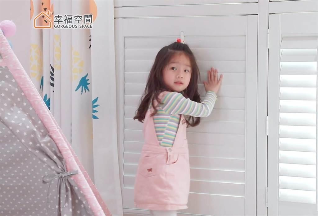 Shutters百葉窗可以藉由葉片的調整讓光線、氣流進入室內,還能提升隱私性。