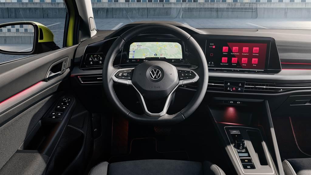 Golf 8內裝導入數位化思維,捨棄傳統按鈕,大量採用觸控式介面。