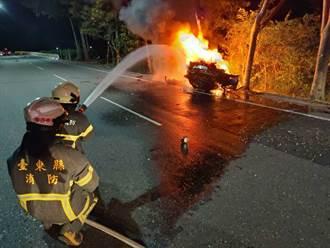 台東轎車失控飛越護欄撞路樹炸成火球 駕駛著火爬出2人成焦屍