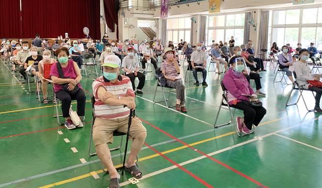 受到Delta變種病毒影響,台灣各地接種疫苗的長輩非常踴躍。圖為台中市接種疫苗的年長者。(圖/陳世宗攝)