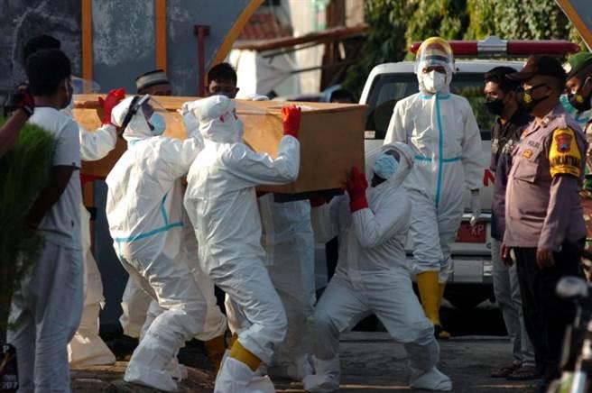 印尼這一波Delta病毒株重症與死亡率高,不只醫療體系面臨崩潰,更引起印尼民眾高度恐慌。(圖/路透)