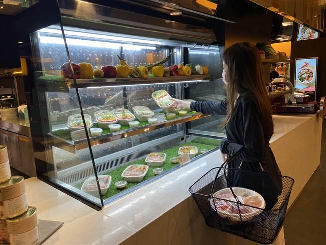 「美麗廚房」沙拉區內有女性喜歡的夏日輕食,包含「鮮蝦凱撒沙拉」、「千島燻鮭魚沙拉」與「酪梨田園沙拉」。(圖/寒舍艾美酒店)