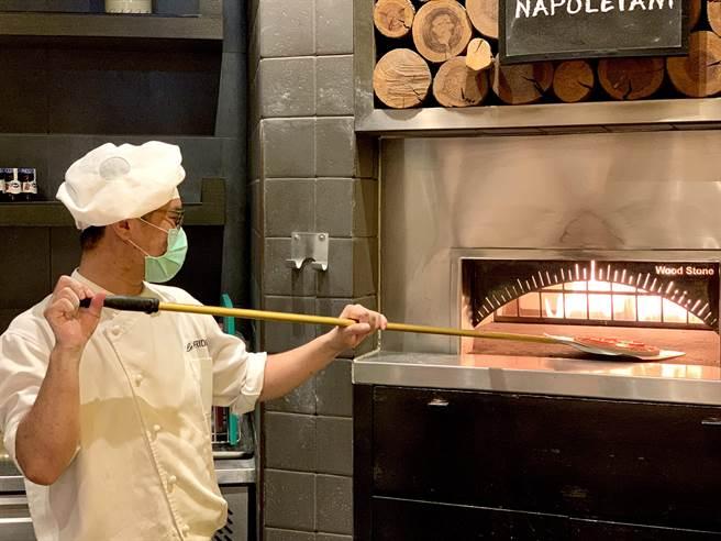 「美麗廚房」披薩區內有義大利APN拿坡里披薩職人協會認證,由主廚每日手工製作現烤。(圖/寒舍艾美酒店)