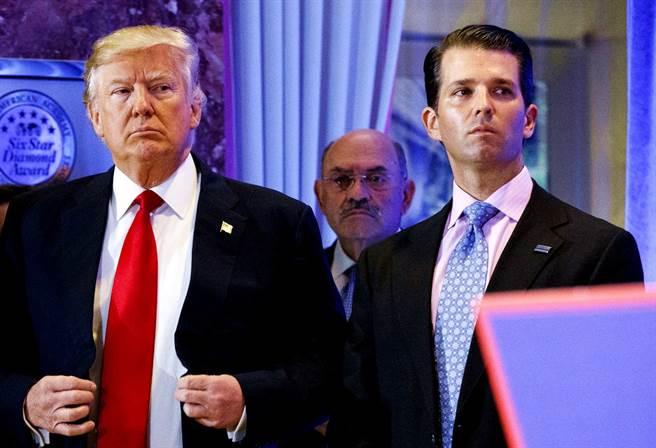 包括《華盛頓郵報》在內等多家美媒報導,紐約曼哈頓大陪審團30日已經對川普集團(Trump Organization)及財務長懷索柏格(Allen Weisselberg,圖中後方)提起刑事訴訟。(資料照/美聯社)