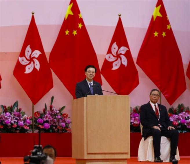 香港政務司司長李家超代理香港特首林鄭月娥率眾官出席七一升旗儀式。(東網)
