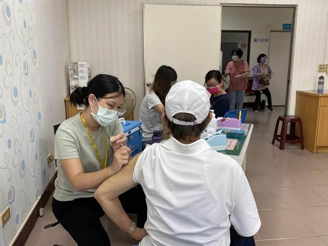 台南市南區衛生所下午開打莫德納疫苗。(曹婷婷攝)