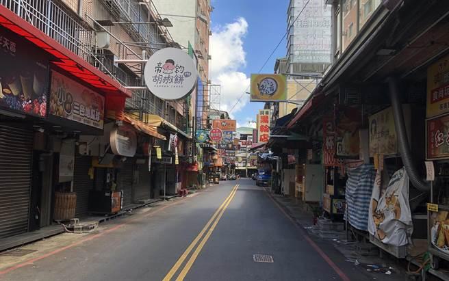 台灣三級警戒持續至7月12日,民眾生活與生計受到嚴重衝擊。圖為夜市攤商因避免群聚不能營業,造成街巷道一片空蕩蕩。(資料照/陳世宗攝)