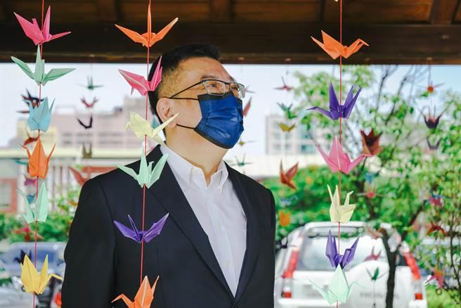 新竹市議會國民黨團1日在議會長廊掛上上千紙鶴,除希望盡快迎來足夠的疫苗外,也為因新冠確診往生的600多條性命哀悼。(陳育賢攝)
