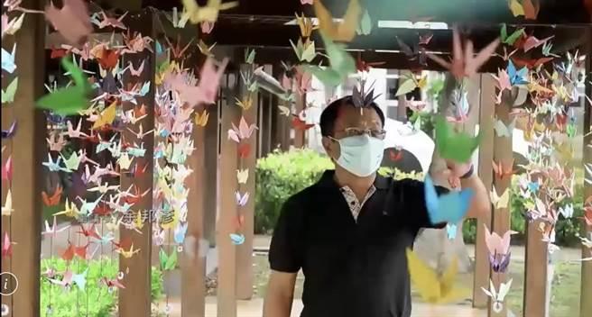 新竹市議會國民黨團1日在議會長廊掛上上千紙鶴,除希望盡快迎來足夠的疫苗外,也為因新冠確診往生的600多條性命哀悼。(新竹市議會提供/陳育賢新竹傳真)