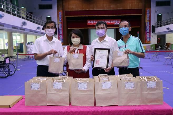 嘉義市長黃敏惠感謝北興國中團隊協助疫苗接種站布置。(嘉義市政府提供)