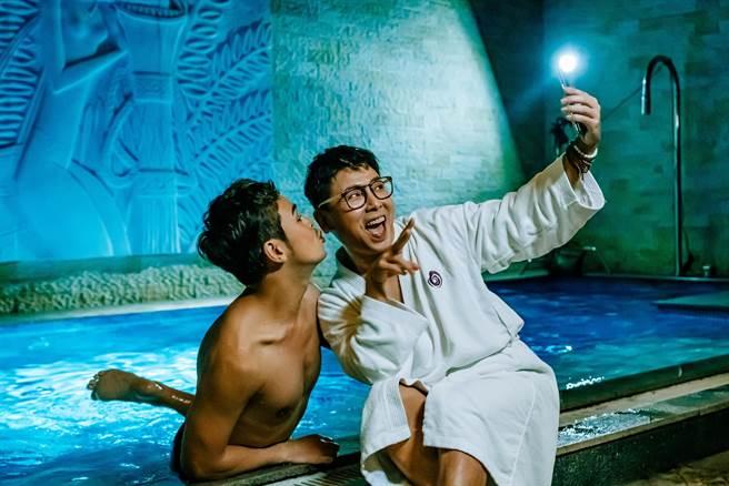 郭蘅祈(右)和蘇達在片中飾演一對同志好姊妹。(GagaOOLala提供)
