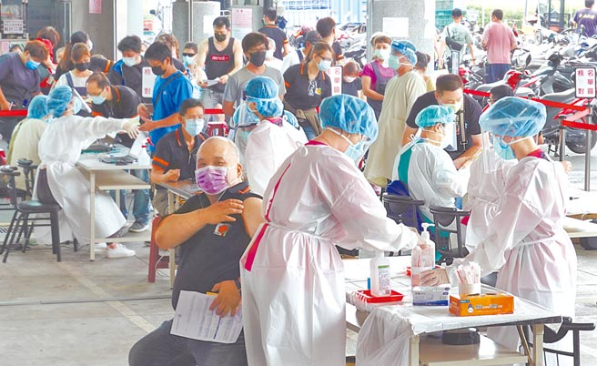 蔡英文總統在臉書表示,疫苗是對抗疫情的重要武器,所以必須加速擴大疫苗接種。圖為亞東醫院醫護人員日前為民眾打疫苗的畫面。(本報資料照片)