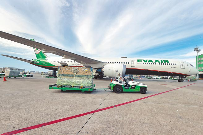 長榮航空6月30日下午載運台灣自購的第3批共41萬劑莫德納疫苗抵台。(陳麒全攝)