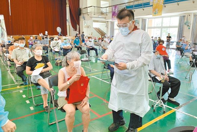 受到Delta變種病毒影響,國內疫情再添變數,昨天不少長者前往台中市南屯區惠文國小接種站施打疫苗。(陳世宗攝)