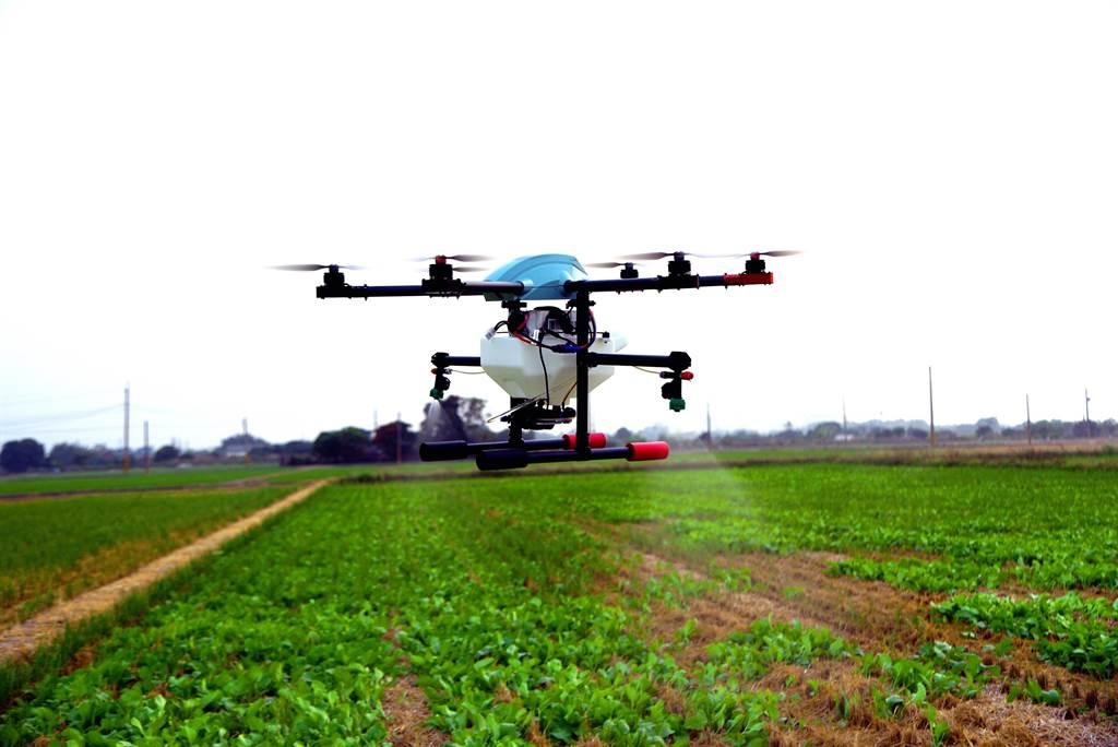 新北市莊敬高職5日將出動校內的25台無人機,進行全國首創的空中噴灑校園無人機防疫消毒作業。(莊敬高職提供)