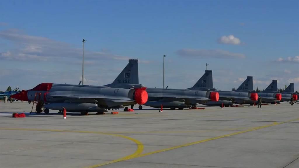 參加土耳其安納托利亞之鷹-2021聯合演習的巴基斯坦梟龍戰機,出乎外界意料地以高比數擊敗了卡達的飆風戰機,這使得長期與巴國有領土爭議並多次發生軍事衝突的印度極為擔憂。(圖/微博)