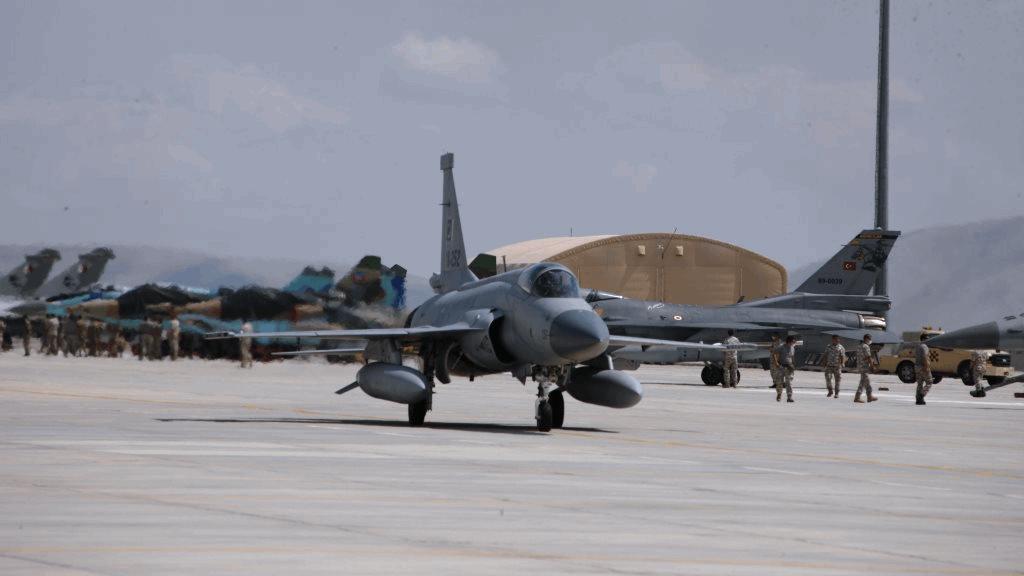 中國與巴基斯坦聯合研製的JF-17雷電(中方稱「梟龍」)戰機,對抗中東國家卡達空軍的法製飆風戰機,以總成績6:2獲勝。(圖/土耳其空軍)